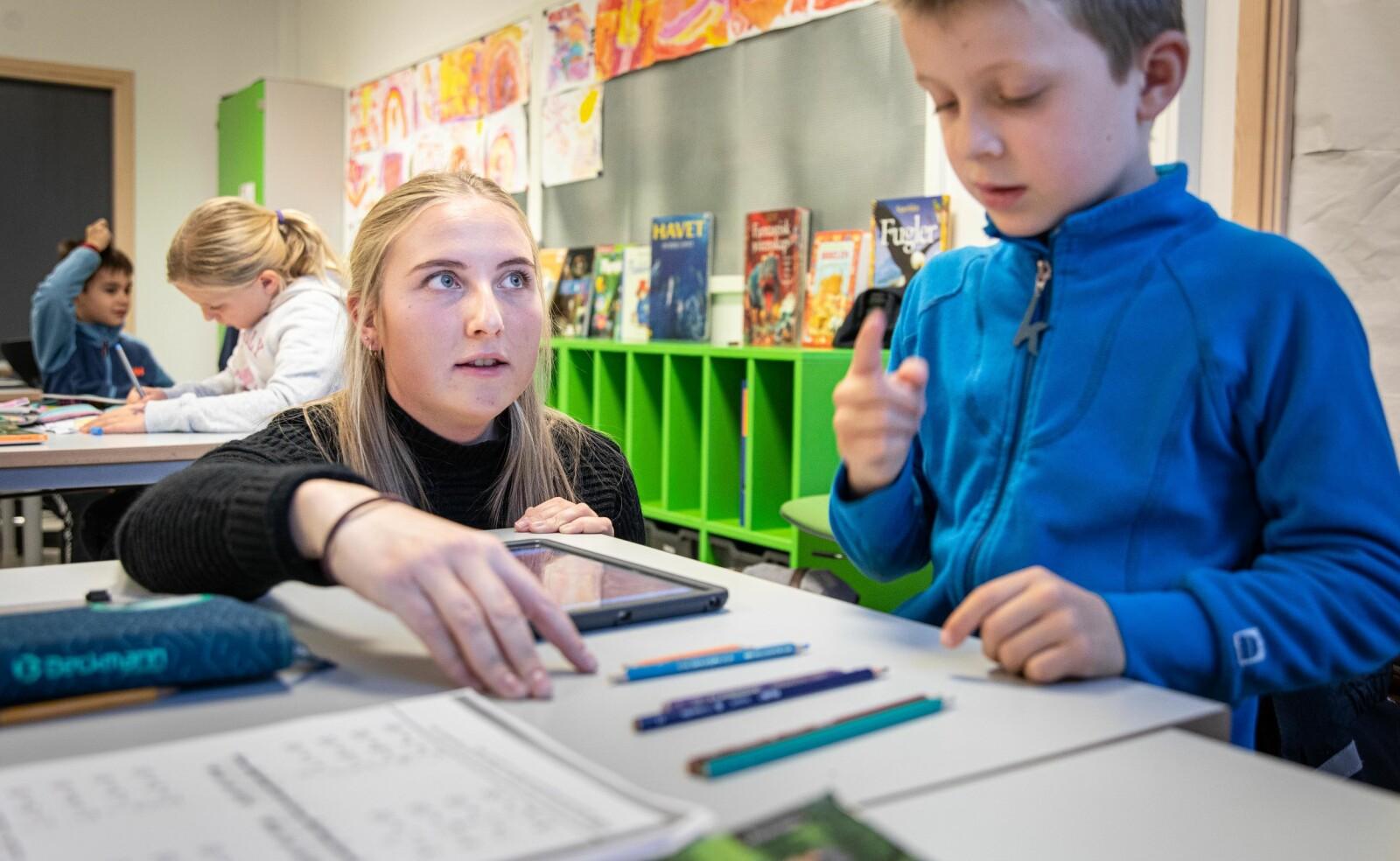 Margrethe Hellerud er lærerstudent og leder matematikktimene den dagen vi besøker en klasse på andre trinnet på Berger skole på Rykkinn i Bærum. Vi lærer om tiervenner. Foto: Siri Øverland Eriksen