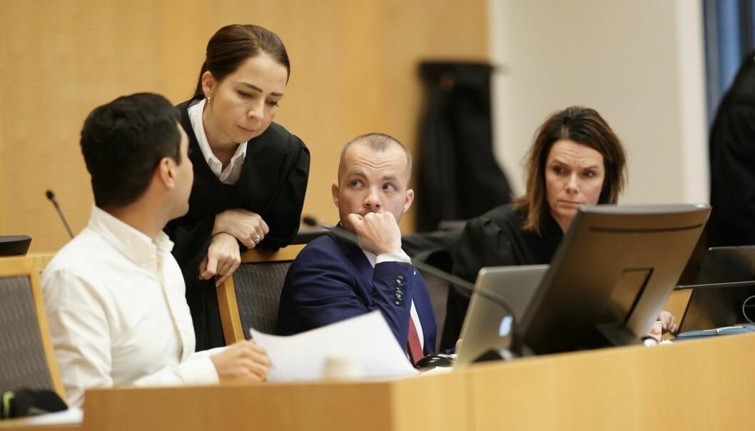 Tor-Arne Haugland (t.v.) og Alexander Lundgreen Flattorp i dialog med advokat og rettsleg medhjelpar Hilde Kristin Ellingsen under rettssaka i sal 227 i Oslo tingrett. Advokat