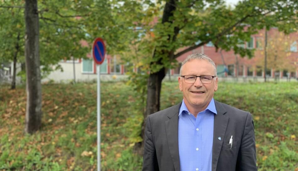 Drøbak skole (i bakgrunnen) er en av fire barneskoler i Frogn kommune. Den ligger «vegg i vegg» med rådhuset i Frogn kommune. Frank Westby heter skolesjefen. Foto: Eva Tønnessen