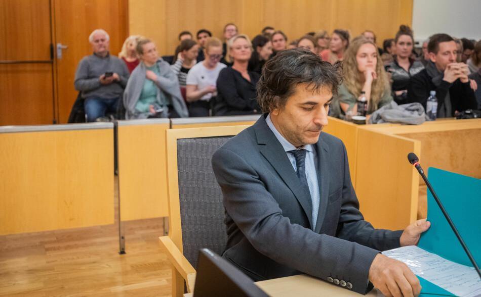 Dekan ved ELTE-universitetet Zsolt Demetrovics vitnet i retten i dag. Mange studenter fulgte saken også på dag fem. Foto: Torkjell Trædal
