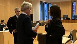 Professor emeritus Arne Holte i dialog med advokat Hilde Kristin Ellingsen før si vitneforklaring. Foto: Ragnhild Vartdal