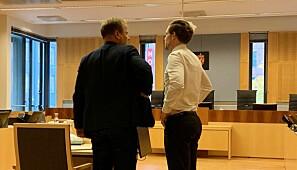 Forhandlingssjef i Norsk psykologforeining, Christian Zimmermann, i dialog med regjeringsadvokat Torje Sunde, før si vitneforklaring i retten. Foto Ragnhild Vartdal