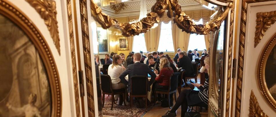 I staselige omgivelser i regjeringens representasjonsbolig hadde rundt 40 studentpolitikere og representanter fra Kunnskapsdepartementet idemyldring om studenters psykiske helse. Foto: Mats Arnesen.