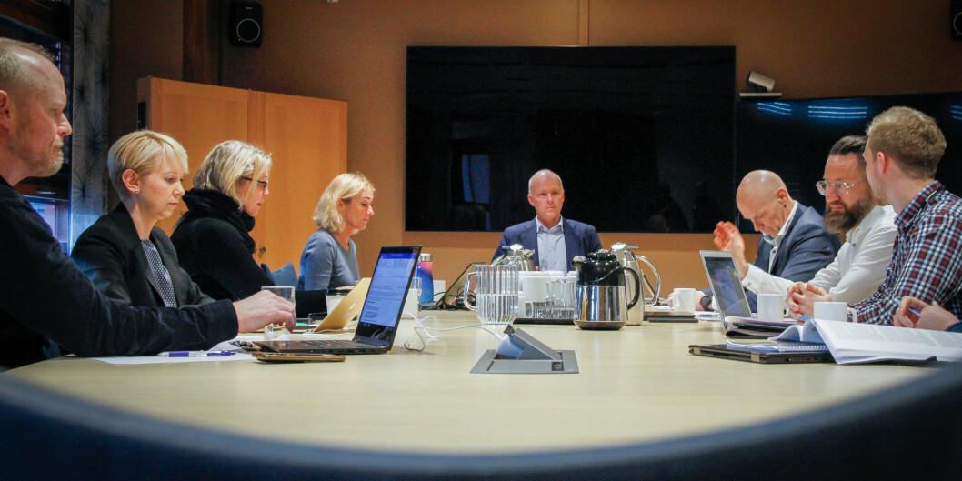 Styret ved Politihøgskolen samlet onsdag ettermiddag. Styreleder Hans Vik sitter ved enden av bordet, og rektor Nina Skarpenes til venstre for ham. Foto: Torkjell Trædal