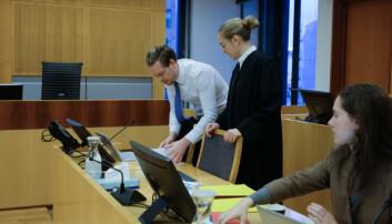Regjeringsadvokat Torje Sunde og Kaija Bjelland førebur sine prosedyrer like før rettssaka starta onsdag. Foto. Ragnhild Vartdal