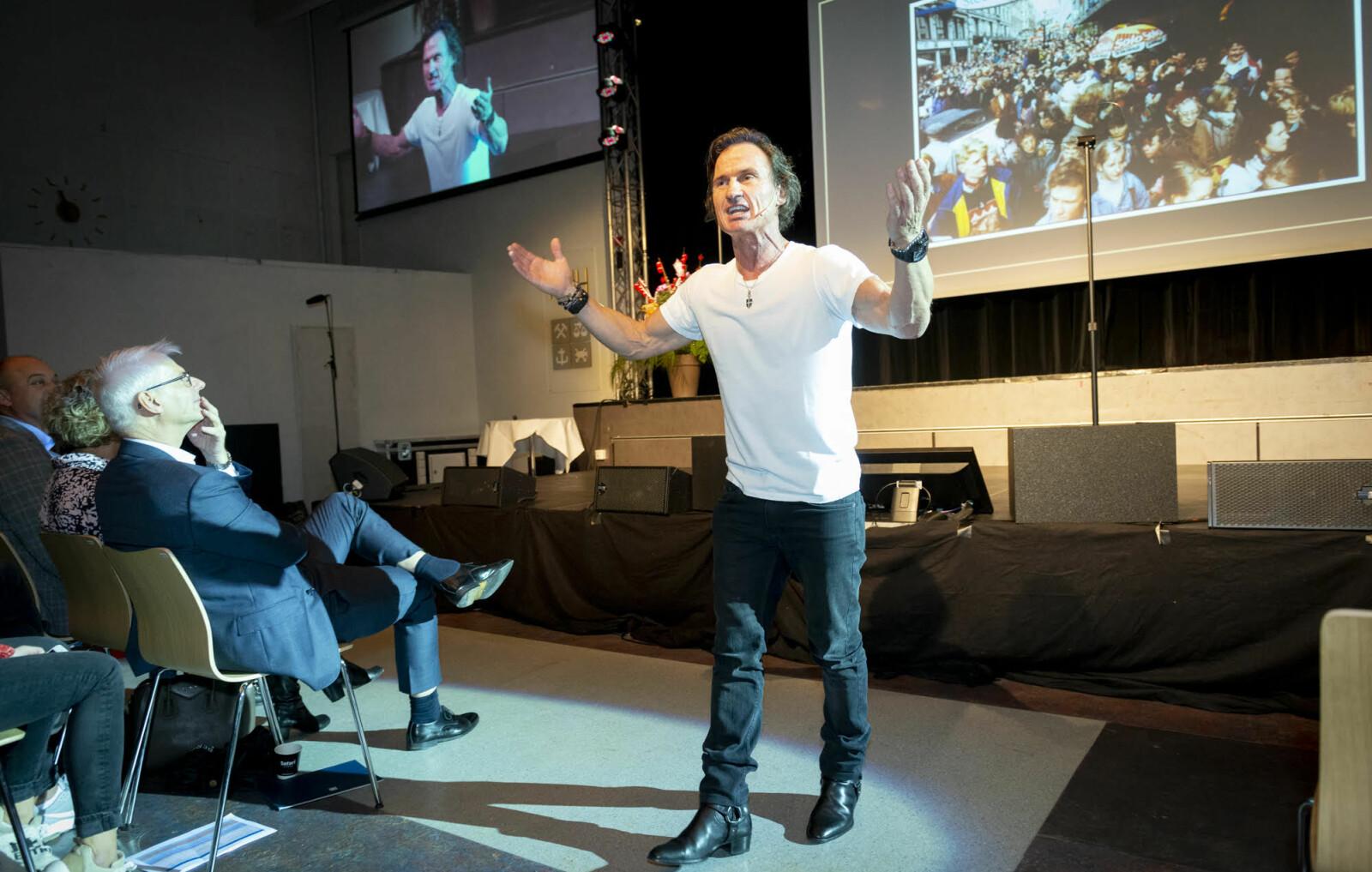 Professor Thøgersen, rektor på NHH i blå dress følgjer interessert med på Petter Stordalens intense speed og energy. Foto: Tor Farstad