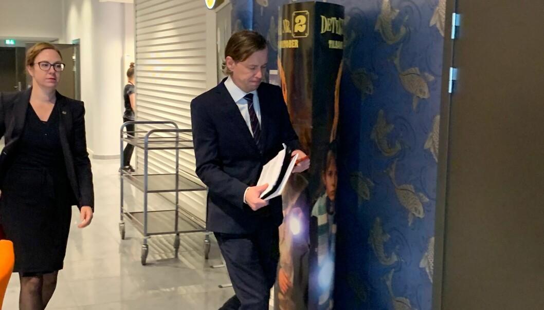 Dekan Audhild Gregoriusdotter Rotevatn og rådgivar Geir Waage Aurdal på veg inn for å legga fram saka si for høgskulestyret i oktober i år. Foto: Hilde Kristin Strand