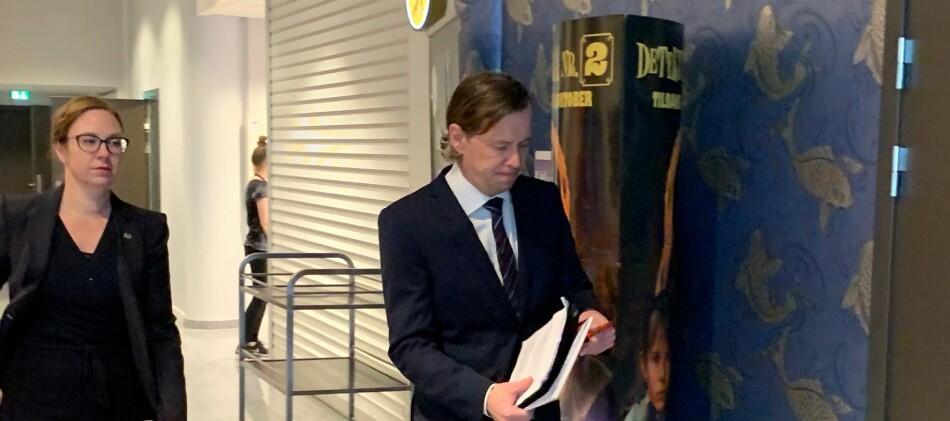 Audhild Gregoriusdotter Rotevatn og rådgivar Geir Waage Aurdal på veg inn for å legga fram saka si for høgskulestyret. Foto: Hilde Kristin Strand