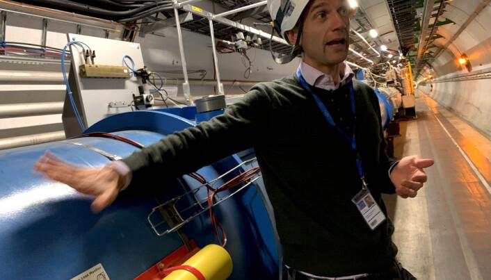 Matteo Solfaroli beskriver hvordan LHC fungerer. Foto: Espen Løkeland-Stai