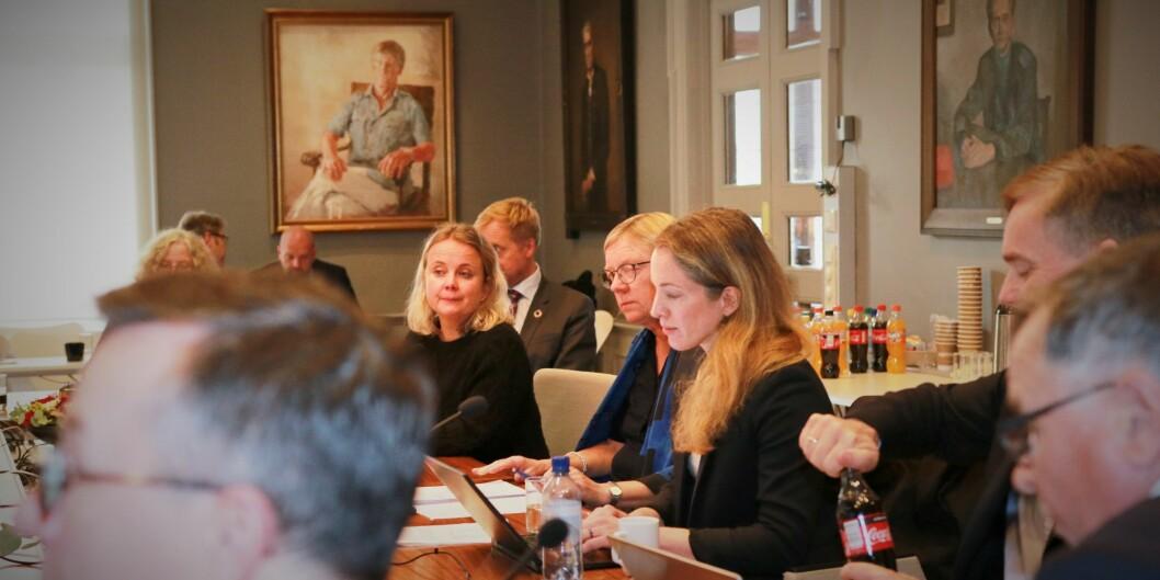 Styremedlem Inga Berre (nr. tre frå høgre) fekk styret med på å lukke dørene for å diskutere korleis styret skal handtere rektor Dag Rune Olsens potensielle overgang til NTNU. Foto: Njord V. Svendsen