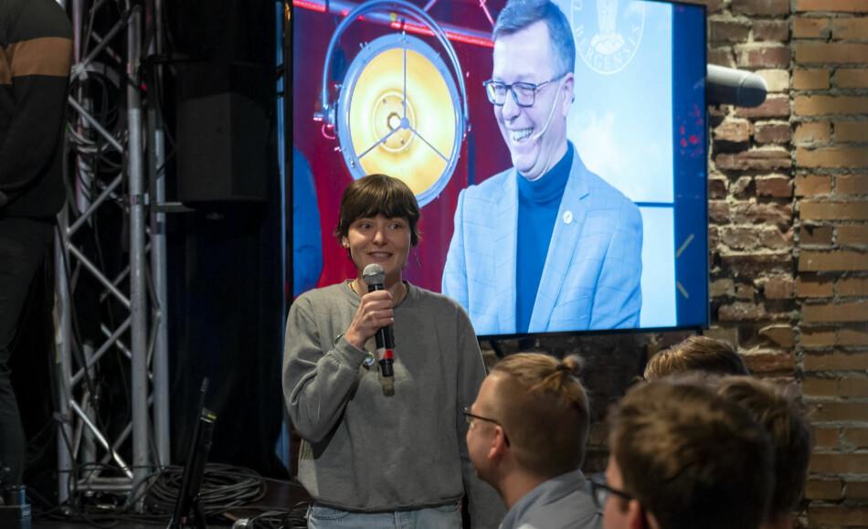Emma Rydningen var ein av studentane som stilte kritiske spørsmå til rektor Dag Rune Olsen, blant anna om UiBs samarbeid med Equinor. Foto: Tor Farstad