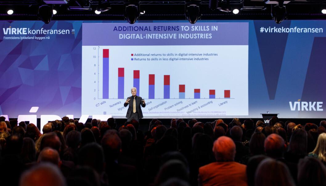 OECD-topp Andreas Schleicher gav ei situasjonsbeskriving av teknologiutviklinga og korleis samfunnet bør ruste seg i samband med livslang læring og kompetanseheving i møte med denne utviklinga. Foto: Kilian Munch/Virke