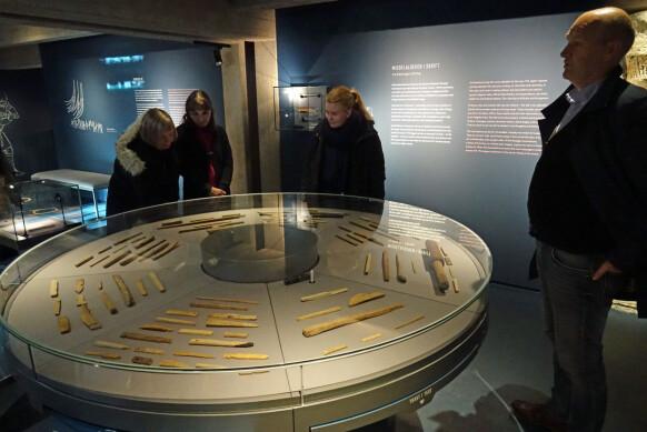 Museumspedagog Knut Høiaas forteller om noen av runepinnene som nå er utstilt på Bryggens Museum. Foto: Svein-Arne Selvik, UBB.
