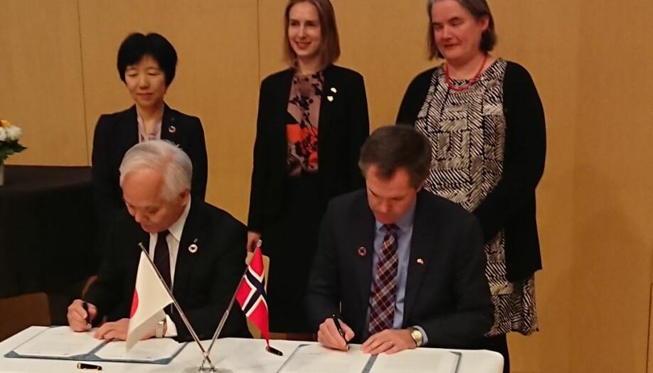Her signerer Forskningsrådet avtale med sin japanske motpart. Foto: Forskningsrådet