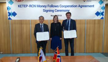 Her signerer Forskningsrådet avtale med sin sørkoreanske motpart. Foto: Forskningsrådet