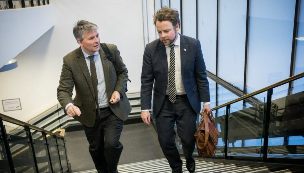 Kunnskapsminister Torbjørn Røe Isaksen og hans våpendrager og statssekretær Bjørn Haugstad dro på turne landet rundt høsten 2014. Målet var å få 33 institusjoner til å bli ned mot et tall rundt 20. De lykkes langt på vei. Foto: Skjalg Bøhmer Vold