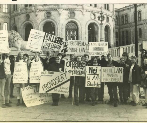 Da 98 høgskoler ble til 26: Statsråd Gudmund Hernes kalte det en stille revolusjon. Rektor Steinar Stjernø marsjerte i budsjettprotest mot Stortinget.