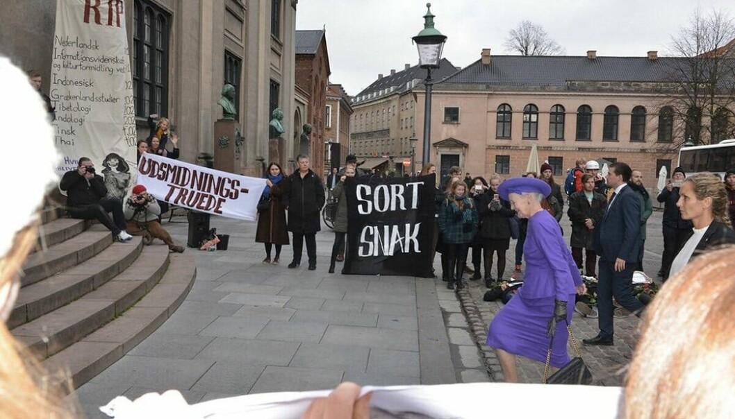 Studentene demonstrerte da Dronning Margrethe kom til årsmiddagen. Foto: Christoffer Zieler, Universitetsavisen