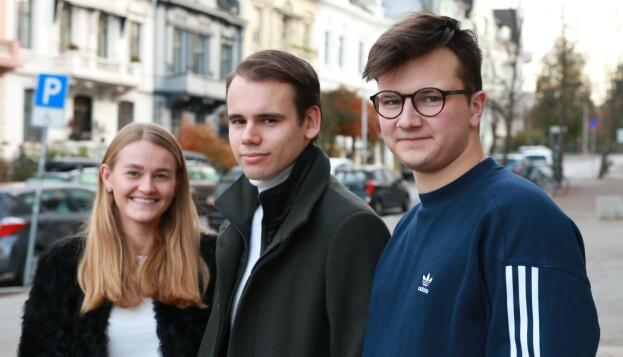 Studentene Elisabeth Teige, Erik Habbestad og Lars Floknes innrømmer at de gruer seg til eksamen i exphil, men mener samtidig at de er godt nok forberedt til ikke å stryke. Foto: Joar Hystad