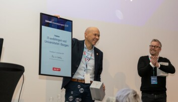 It-direktør Tore Burheim ved Universitetet i Bergen tok i mot prisen mandag ettermiddag. Foto: UiB