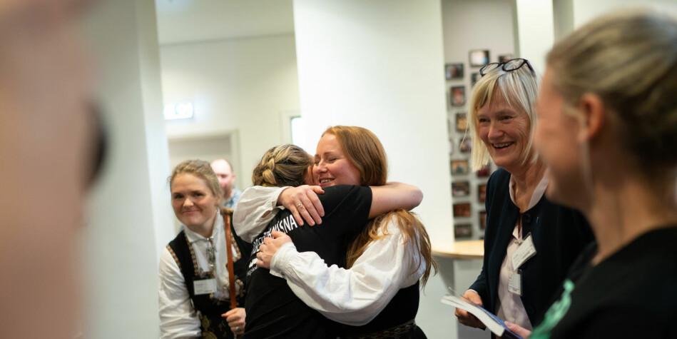 Bildet er av Jenny Myklebust, Ingvild Sivertsen og Catrine Hole som kjemper for å beholde studiestedene på Helgeland. Nesna-ordfører Hanne Davidsen til høyre. Foto: Ketil Blom Haugstulen