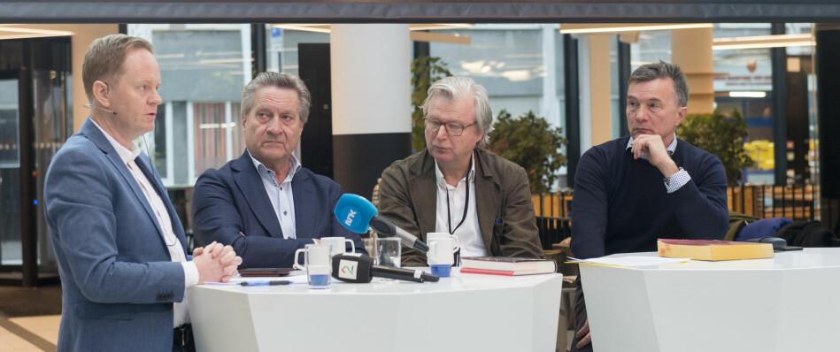 Frode Molven fra forlaget og forfatterne Tom Kristensen, Per Christian Magnus og Bjarne Kvam under pressekonferansen. Kristensen, som er krimforfatter, kom inn i prosjektet i siste fase, for å gjøre manuset mer lesbart. Foto: Tor Farstad