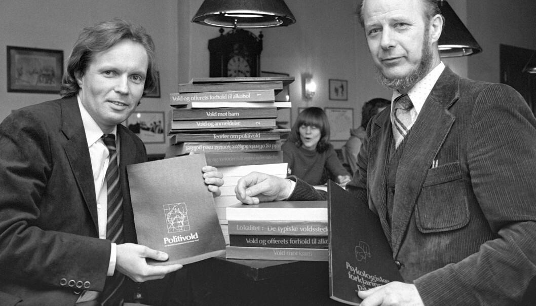 """Her er forskerne Gunnar Nordhus (tv) og Edvard Vogt i 1981 da de presenterte boken """"Volden og dens ofre"""" som ble utgitt ut av Cappelen. Den handlet om politivoldsakene i Bergen. Foto: Bjørn Sigurdsøn / NTB"""