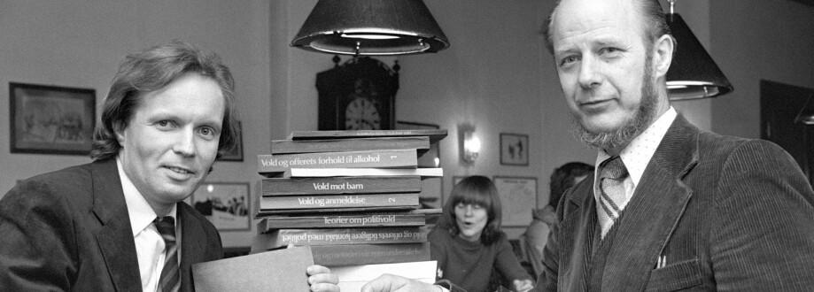 """Fra 10. juli 1981: De to forfatterne Gunnar Nordhus (tv) og Edvard Vogt presenterte boken """"Volden og dens ofre"""". Foto: Bjørn Sigurdsøn / NTB"""