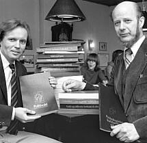 """19811007. De to forfatterne Gunnar Nordhus (tv) og Edvard Vogt presenterte onsdag boken """"Volden og dens ofre"""" som blir gitt ut av Cappelen. Den handler Politivoldsakene i Bergen. Foto: Bjørn Sigurdsøn / NTB"""