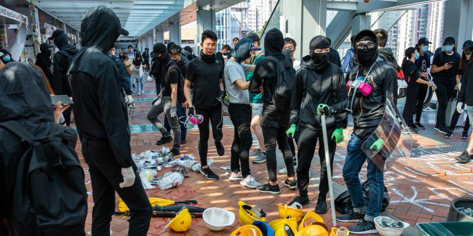Det er krise i Hongkong, og fleire norske institusjonar har bede studentane sine om å reisa frå byen. Her eit bilete frå ein av campusane i Hongkong, der ein gjeng protestantar er ikonflikt med politiet. Foto: Todd Darling / NTB Scanpix