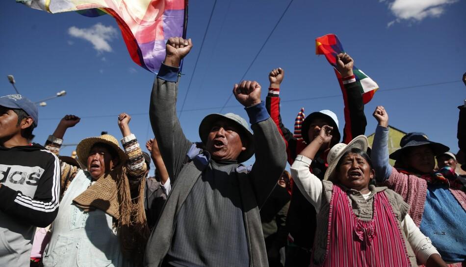 Tilhengere av den avgåtte presidenten Evo Morales ved en blokade i El Alto, Bolivia søndag. Den politiske krisa i Bolivia har så langt krevd 23 menneskeliv. Foto: AP/Natacha Pisarenko, Scanpix/NTB