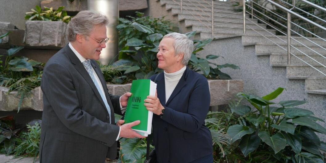 Kathrine Skretting overleverte universitetssøknaden til tilsynsdirektør Øystein Lind i Nokut 17. desember 2018. Foto: Ketil Blom Haugstulen