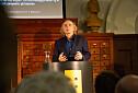 Terje Tvedt trekker fulle hus med foredrag om menneskets historie