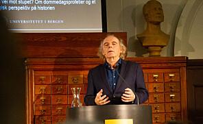 Terje Tvedt er professor ved Institutt for geografi ved Universitetet i Bergen. I en forelesningsrekke på seks forelesninger skal han forsøke å dekke 5000 år av menneskets historie. Foto: Mats Arnesen.
