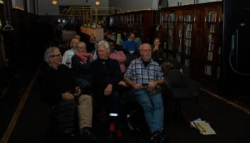 En halvtime før foredraget begynte hadde det begynt å fylle seg opp foran skjermen i baren på Nasjonalbiblioteket. Fra v.: Philip Dammen, Kjell Gjerdbakk og Jan Johnsen. Foto: Mats Arnesen.