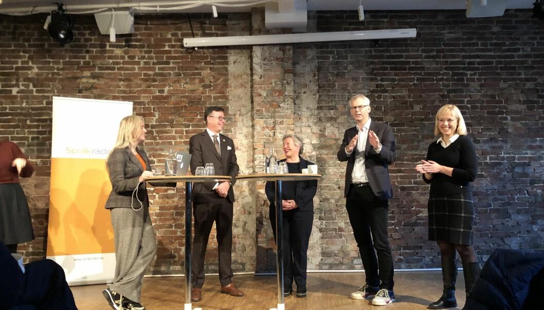 Språkråd-direktør (til høgre) på debatt i Bergen, med representantar for utdanningsinstitusjonar i byen. Men språkmiljøa ved både UiB, Høgskulen på Vestlandet og NHH er negative.