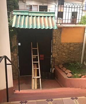 — En dag opplevde vi at husverten der vi bodde hadde lagt en barrikade foran inngangen og huset var under «lockdown». Ingen fikk lov til å komme inn og vi fikk heller ikke lov til å gå ut, sier Silje Sæther Foto: Silje Sæther