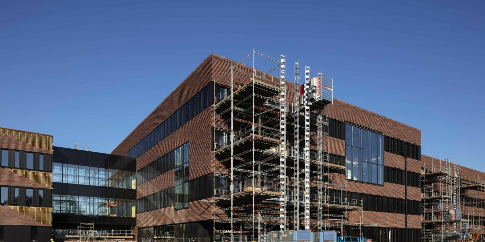 Det nye Veterinærbygget i Ås står snart ferdig. Det er det første bygget innen universitets- og høgskolesektoren som vurderes overfør til statsbygg som eier. Professor Noralv Veggeland beskriver hvorfor han mener dette skjer. Foto: Tronds Isaksen/Statsbygg