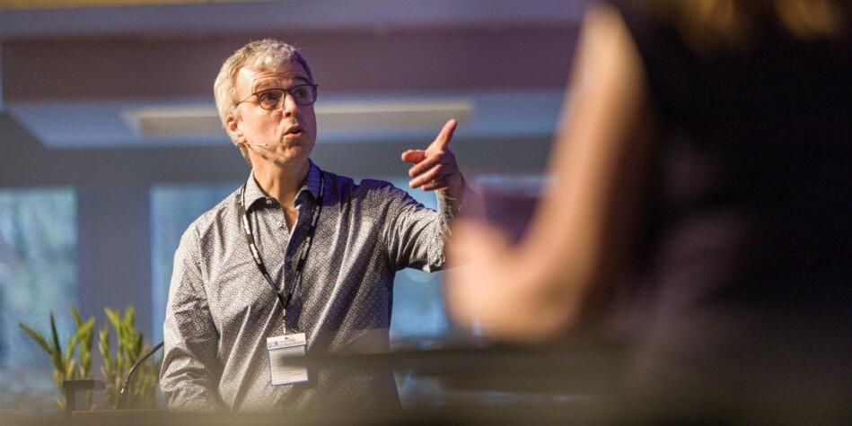 Klimaforsker Helge Drange og viserektor ved Universitetet i Bergen, Annelin Eriksen, holdt foredrag på Universitet- og høgskolerådets konferanse. Foto: Siri Øverland Eriksen