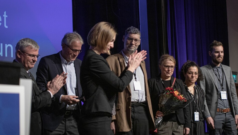 Statsråd Iselin Nybø delte ut prisen til de heldige prisvinnerne, sammen med Diku-sjef Harald Nybølet (t.v.). Foto: Siri Ø. Eriksen
