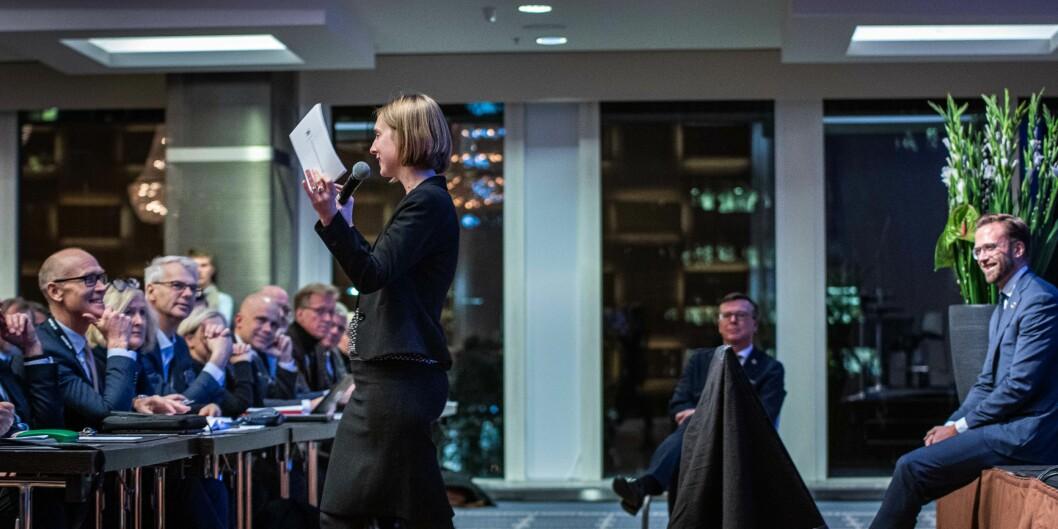 Iselin Nybø snakker til alle rektorene under UHR-konferansen 2019. I bakgrunnen leder av UHR. Dag Rune Olsen. Foto: Siri Øverland Eriksen