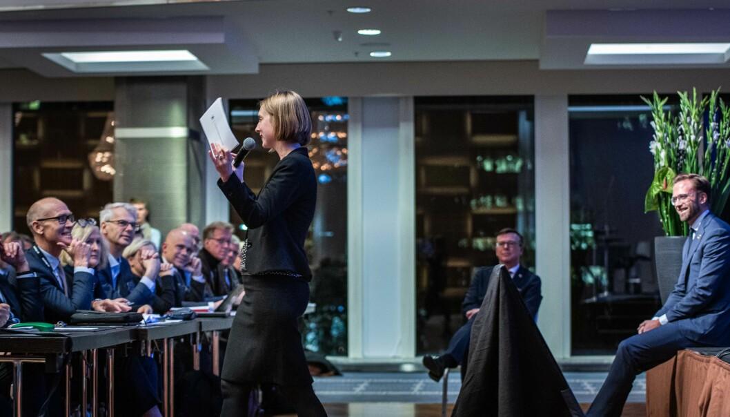 Bildet er fra da statsråd Iselin Nybø snakket til alle rektorene under UHR-konferansen 2019. På bildet er også rektor ved NHH, Øystein Thøgersen og rektor ved Høgskolen i Østfold, Lars-Petter Jelsness-Jørgensen. Foto: Siri Øverland Eriksen