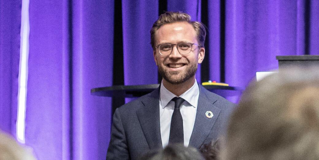Kommunal- og moderniseringsminister Nikolai Astrup vil ha en smittevurdering av kontorlandskapsløsningen i det nye regjeringskvartalet.