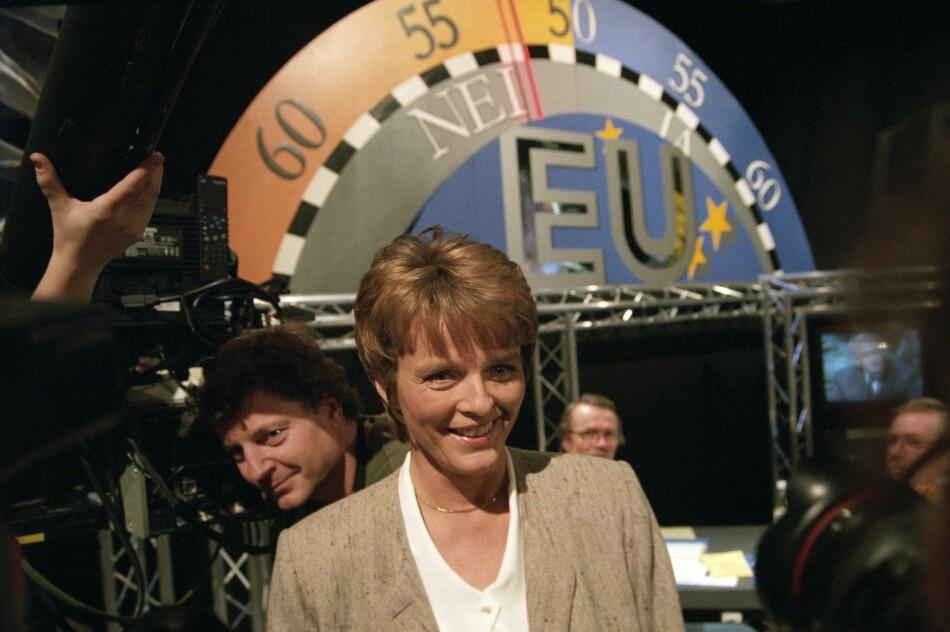 Tidligere stortingsrepresentant og Senterparti-politiker Anne Enger (daværende Enger Lahnstein) foran EU-pilen i Oslo i 1994. Det er i dag 25 år siden Norges andre nei til EU. Foto: NTB scanpix / Karina Jensen / Aftenposten