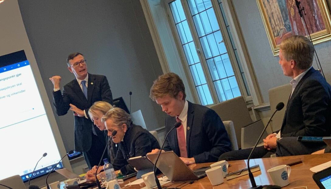 Gard Aasmund Skulstad Johanson har vært aktiv i styret, blant annet i saken om klimanøytralt UiB. Bildet er fra en av debattene om denne saken, der rektor Dag Rune Olsen (stående) tidvis var oppgitt. Her i debatt med Bjørn Østbø (til høgre). Kjersti Fløttum og prorektor Margareth Hagen til venstre for Johanson.