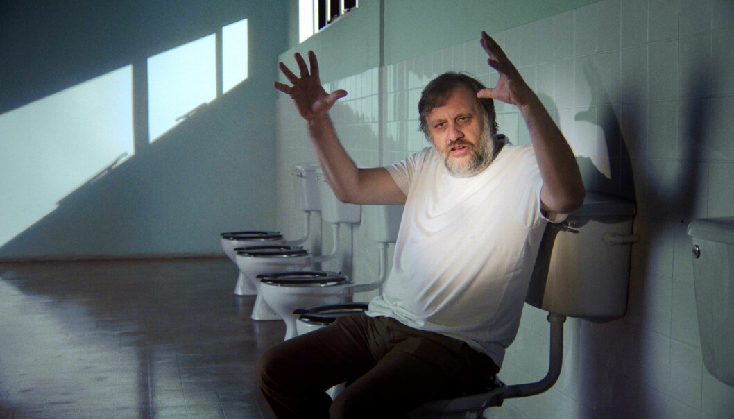 Slavoj Zizek i aksjon i filmen «The Pervert's Guide to Ideology», der han snakkar om Full Metal Jacket og Stanley Kubrick på do. Zizek har også levert ein ideologisk analyse av korleis franske, tyske og engelske toalett er bygd for å handtere driten på ulike måtar. Foto: NTB scanpix / Zeitgeist Films/courtesy Everett Collection