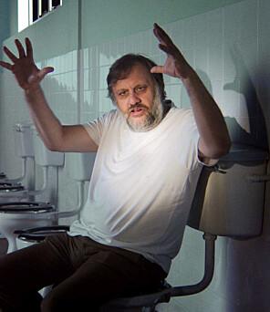 Slavoj Zizek i aksjon i filmen «The Pervert's Guide to Ideology», der han snakkar om Full Metal Jacket og Stanley Kubrick på do. Zizek har også levert ein ideologisk analyse av korleis franske, tyske og engelske toalett er bygd for å handtere driten på ulike måtar. Foto: NTB scanpix / Zeitgeist Films/courtesy Everett Collection
