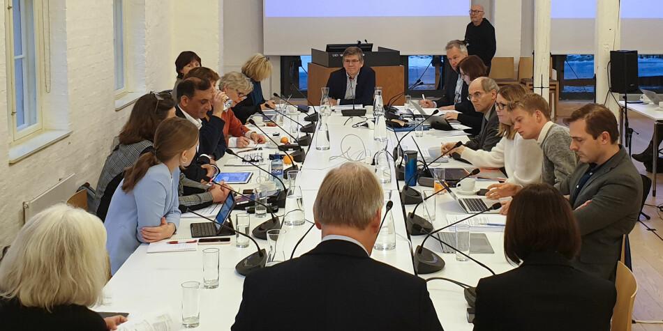 Styremedlem Kristian Bjørkdahl (lengst til høyre) stilte spørsmål ved hvordan Universitetet i Oslos klimastrategi vil påvirke andre satsingsområder. Foto: Mats Arnesen