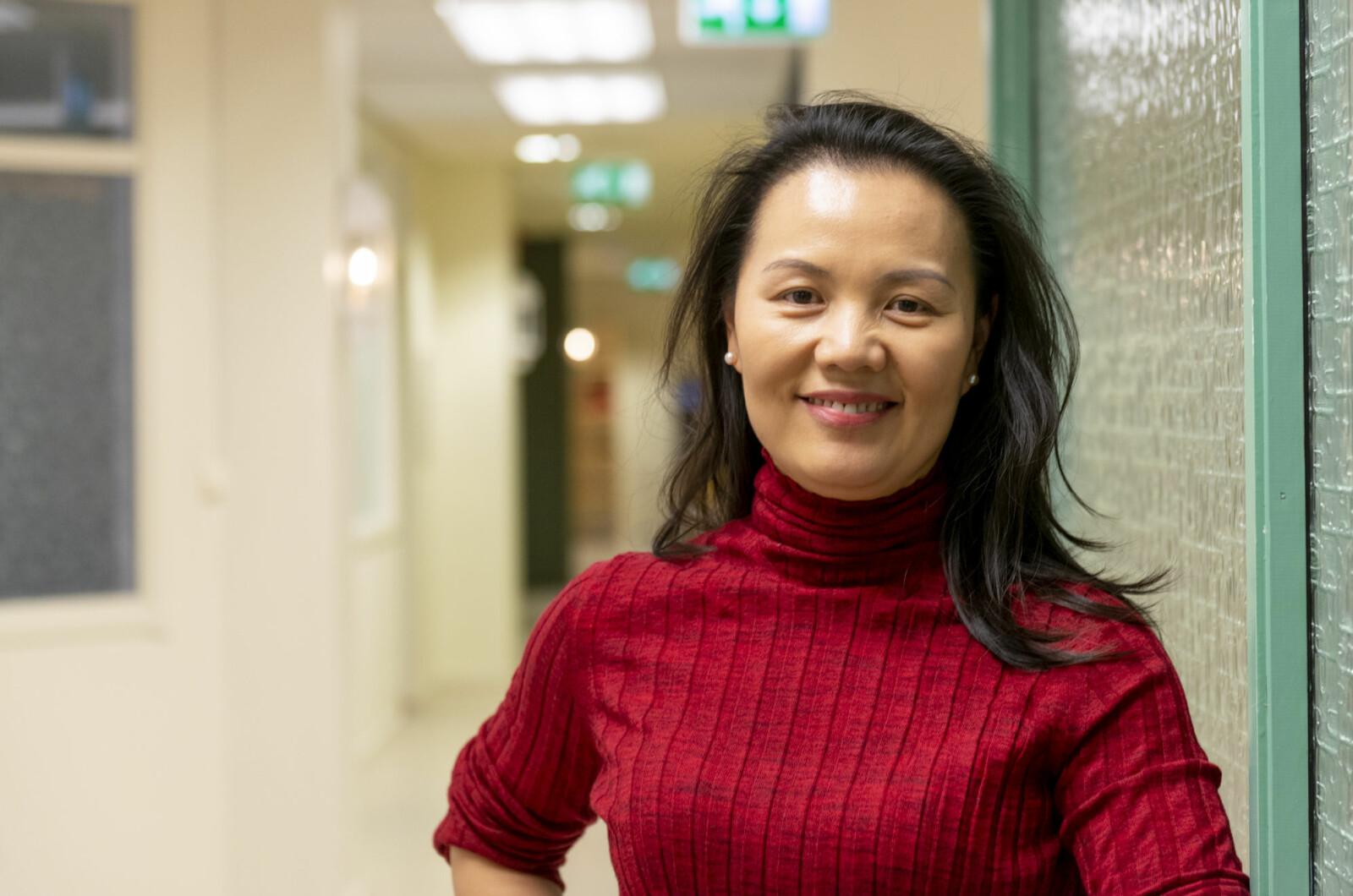Shippingekspert Haiying Jia har kinesisk som morsmål og ser på engelsk som eit rasjonelt val. Foto: Tor Farstad