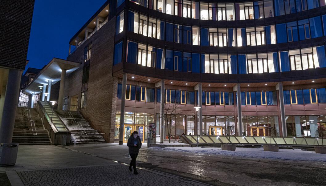 Mørk formiddag på UiTs campus i Tromsø. Foto: Lars Åke Andersen